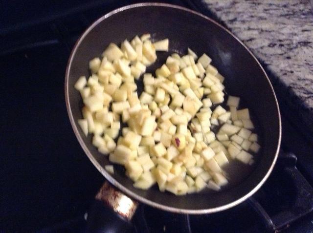 Deje cocer durante unos 10 minutos y usted puede notar las manzanas dejar salir un poco de jugo.