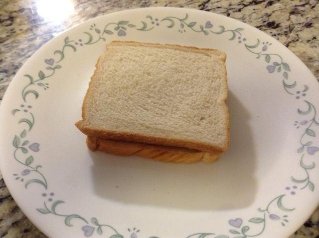 Preparar dos rebanadas de pan al ponerlos en el microondas durante 15-20 segundos. Esto hace que sea para que el pan doesn't
