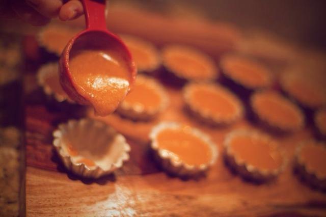 Añadir la mezcla en los moldes de pastel así que viene hasta aproximadamente el 90% del camino. Hornear durante 30-45 minutos o hasta que un palillo de dientes se puede insertar y salir limpio. Hornear durante 1 a 1 hora y 15 minutos si lo que todo el pastel