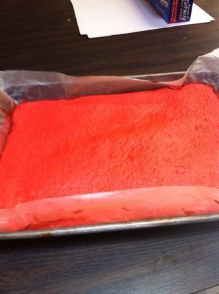 Coloque la capa roja de nuevo en la sartén, manteniendo el papel de pergamino en.