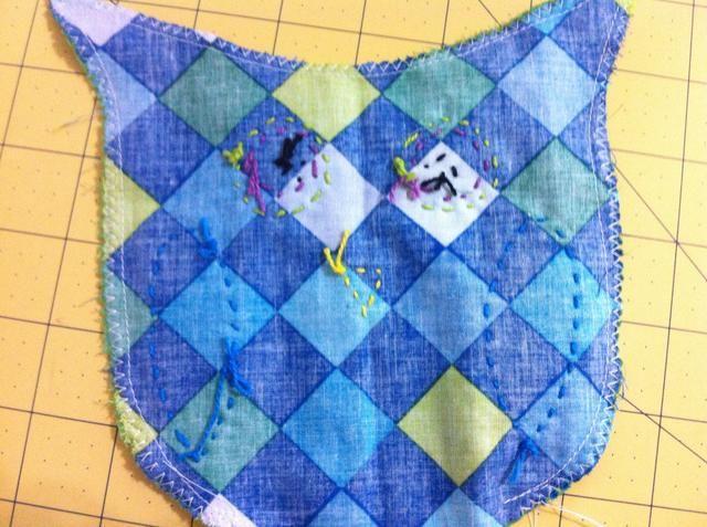 Después de coser, gire a la lechuza lado derecho utilizando una goma de borrar para meter las orejas completamente fuera.