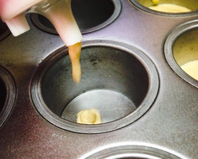 Entonces empezar a añadir a los mini moldes para pasteles.