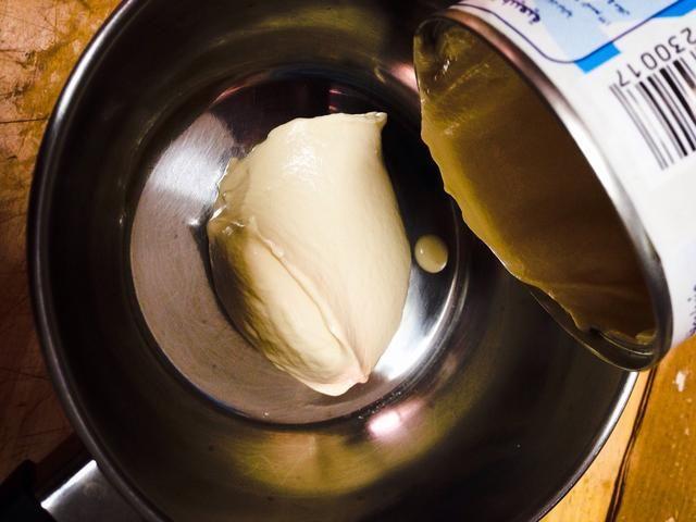 En una olla pequeña, en la estufa, añadir la nata.