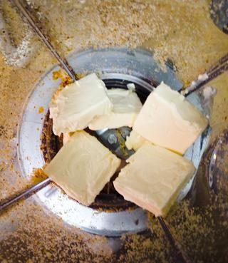 A continuación, retire el crumble pan de la mezcla, y empezar a añadir el queso crema.