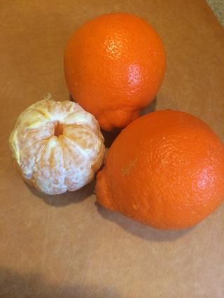 Pelar 2 minneolas (cruce entre la mandarina y pomelo)