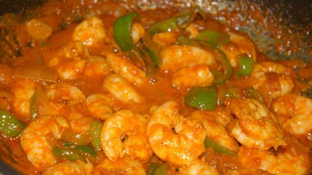 Después de la marinada durante 1 hora cocinar los camarones con cebolla picada y el pimiento durante 3 min