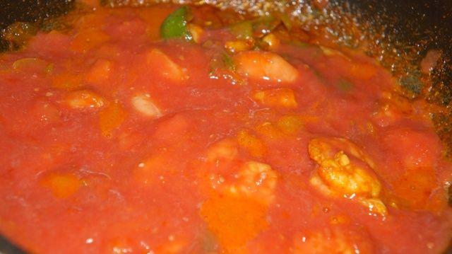 A continuación, agregue puré de tomate
