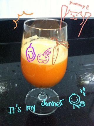 Ponga fruta de la pasión en el vidrio para mezclar con el zumo de manzana y zanahoria ... Yum yum con semillas de fruta de la pasión, que es un poco agridulce -) ??????