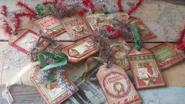 Utilice las etiquetas para dar a cada uno de sus regalos un toque personal encantador. Los respaldos de cada uno de éstos siguen siendo de madera natural, es el lugar perfecto para añadir un