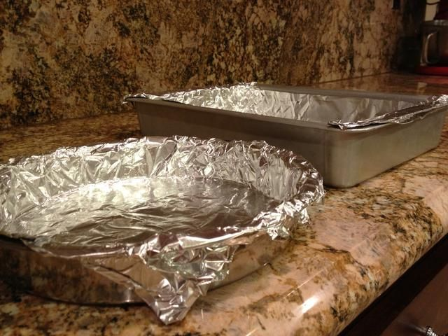 Cubra 3, sartenes 8 pulgadas redondas o 1, 9x13 cacerola y 1, 8 pulgadas molde redondo con papel de aluminio.