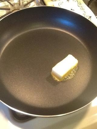 Ahora vamos a colocar una sartén a fuego medio y agregue la mantequilla