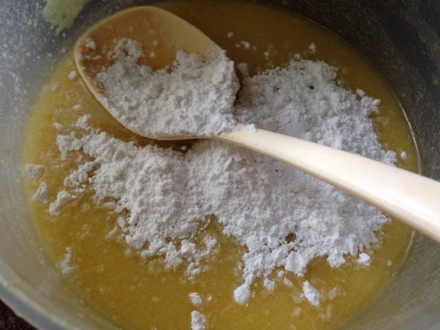 a la mezcla de huevo agregar el azúcar
