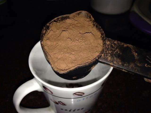 En una taza agregar polvo de coco y luego agregar poca cantidad de leche para hacer pasta