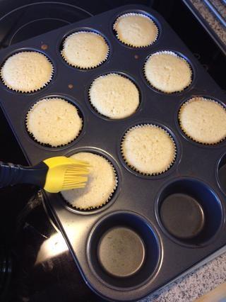 Cepille los cupcakes con el ron con infusión de menta