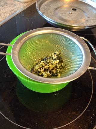 Después de alrededor de 15 minutos- colar la leche en un tazón de fuente usando un colador de malla fina. La leche puede aparecer grumoso, pero vendrá de nuevo juntos
