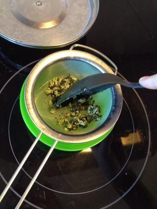 Pulse sobre cualquier sólidos de leche y hojas de menta para extraer todo el líquido