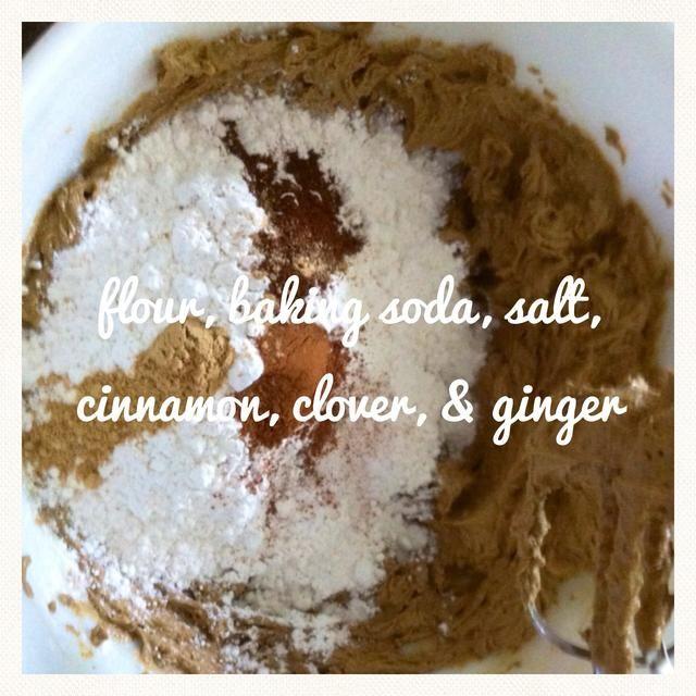 Ahora agregue en su harina, el bicarbonato de sodio, la sal, la canela, el clavo y el jengibre. Mezclar hasta que esté bien combinado.