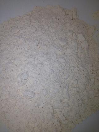 En un bol mezclar separado o tamizar juntos: la harina, el bicarbonato, la canela, la sal, clavo y jengibre.