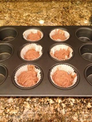 Cubra el chocolate con la masa restante. Hornear los cupcakes durante 15-20 minutos, o hasta que hayan aumentado significativamente y la sensación esponjosa al tacto.
