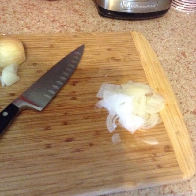 Corte rodajas finas 1/2 de una cebolla pequeña.