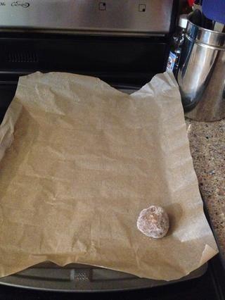 A continuación, poner su pelota que rueda sobre una bandeja de horno forrada con papel pergamino. Añadir más bolas hasta completar.