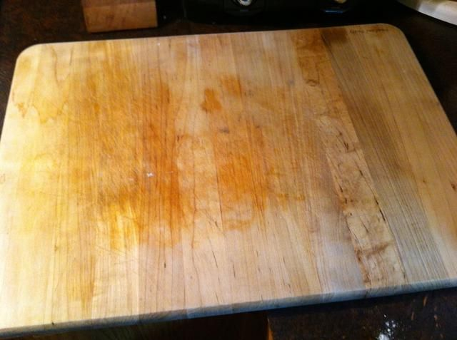 Utilizo mi tabla de cortar. Más fácil de limpiar. Mi marido utiliza papel de cera.