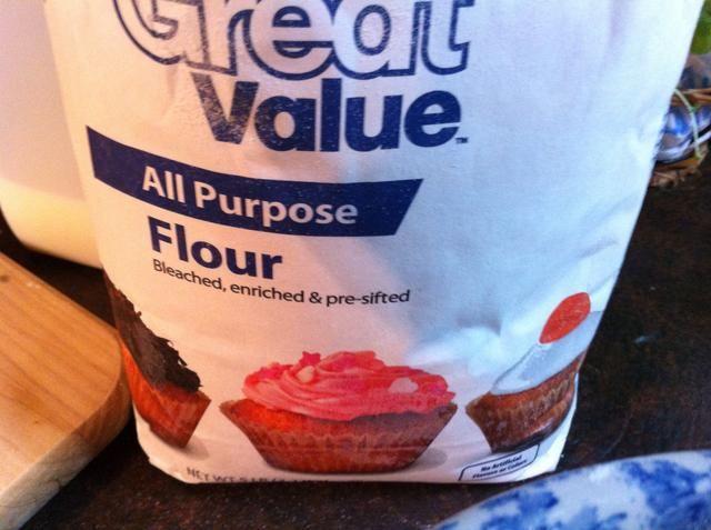 Agregar suficiente harina para todo uso a la parte superior de polvo de la junta.