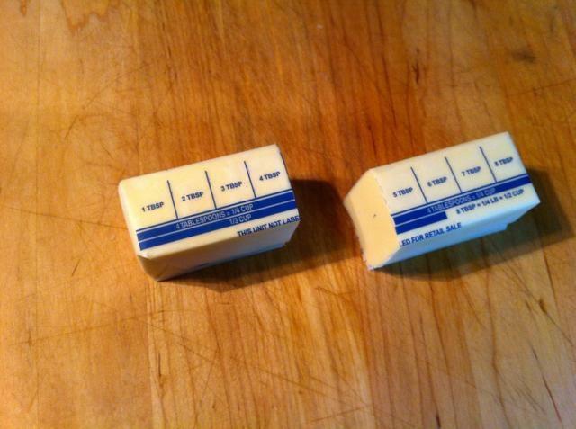 Cortar barra de mantequilla en el medio. Utilice una de las mitades para derretir en una sartén (s).