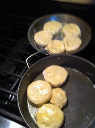 Voltear en mantequilla. Pop en el horno durante unos 15 minutos. hasta que estén doradas.
