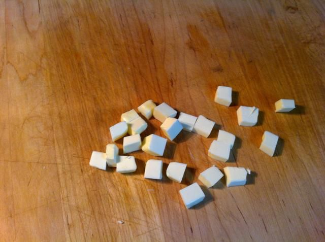 Cube hasta la otra media barra de mantequilla.