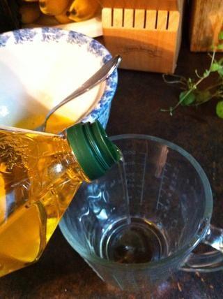 Mida grasa líquida 1/4 taza. Puede utilizar el aceite de oliva, aceite de canola, aceite vegetal, oil..as maní mucho ya que es un líquido a temperatura ambiente.