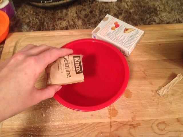 Obtenga su gelatina preparada. Si se utiliza la gelatina en polvo, espolvoree el paquete de más de aproximadamente 1/4 taza de agua fría para suavizar. Si el uso de la hoja de gelatina, florecer por remojo en agua fría unos 3 minutos.