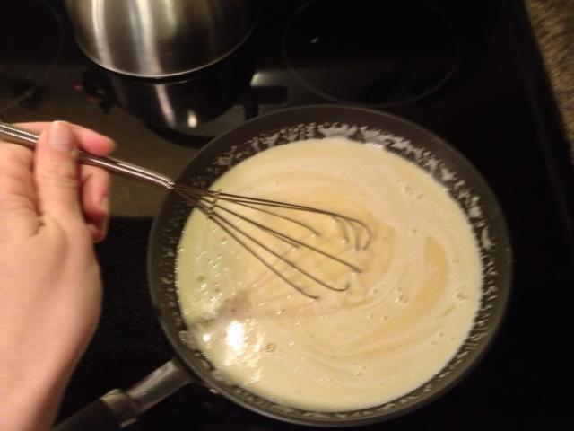 Asegúrese de que mientras que usted está cocinando esta mezcla, se Batir enérgicamente o comenzará a agruparse. Nadie quiere una crema cuajada.