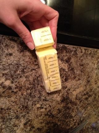 Una vez que tú've taken care of mixing up the dry ingredients, melt 6 tablespoons of unsalted butter.