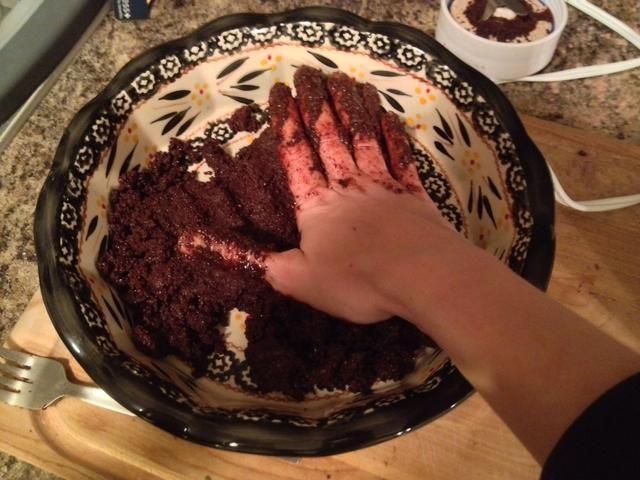 Tome la mezcla y presione firmemente sobre la placa de la empanada / pan.