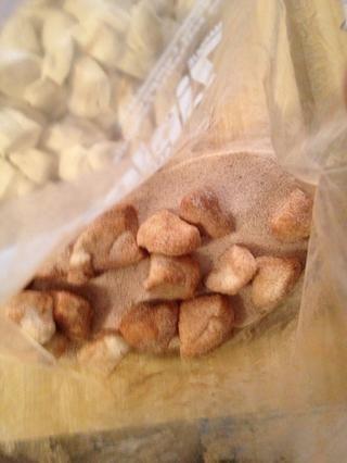 Coloque las galletas en una bolsa y la capa uniformemente