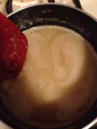 Derrita la mantequilla y el azúcar moreno
