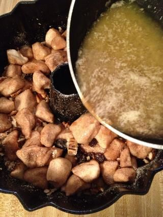 Vierta la mezcla de mantequilla derretida en el molde bundt
