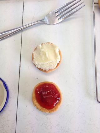 Corre la formación de hielo sobre una galleta y el atasco en otra galleta luego sándwich juntos.