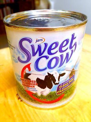 Para la unión que uso casero de mantequilla glaseado. Esta es la leche condensada que uso. Cualquier glaseado de chocolate hará o para una fácil receta sólo tiene que utilizar Nutella o cualquier chocolate de propagación