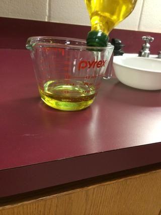 Mida 1 taza de aceite de oliva.