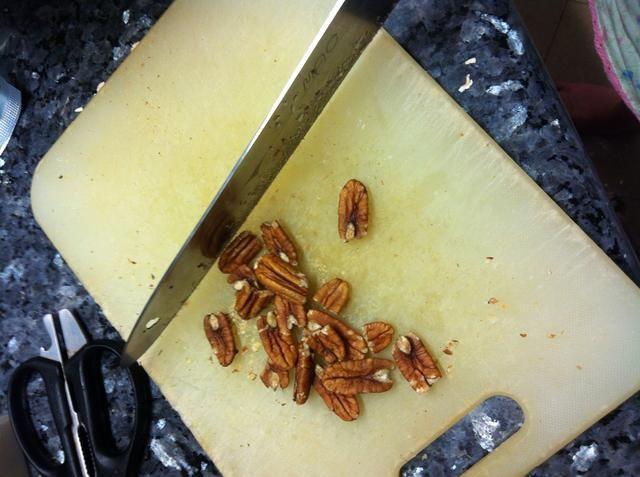 Picar todos los frutos secos, incluyendo nueces, brasil, nueces, anacardos, almendras y añadir a la taza