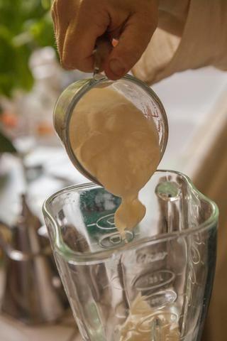 añadir en el yogur en la parte superior de los cubos de hielo