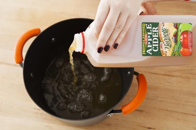 Añadir 1 litro de sidra de manzana a una olla grande.