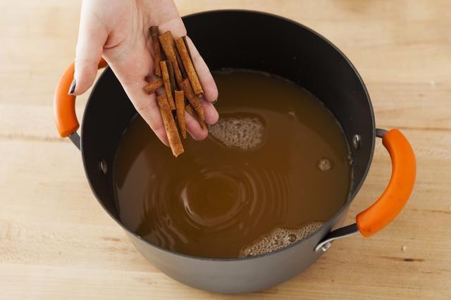 Romper sus palitos de canela en trozos más pequeños y les a la olla.