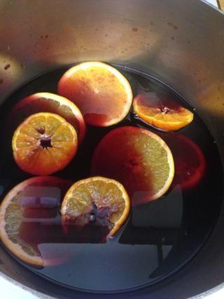 Mandarinas Slice y naranja y añadir a la olla de vino.