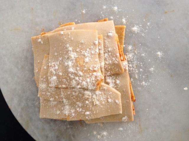 Onces todas las piezas usan el polvo un poco de harina y se invierten con cuidado