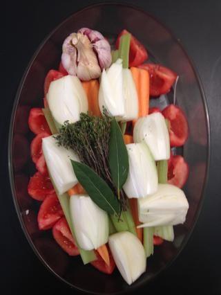 Añadir la cebolla, el tomillo, el laurel, los granos de pimienta, la sal y el aceite de oliva