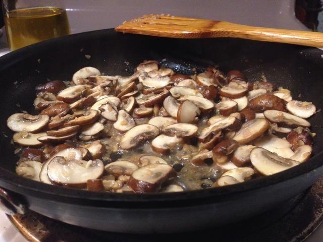 No cocine con una tapa sobre como se puede ver que los hongos liberan una gran cantidad de agua y quiere que para cocinar fuera.