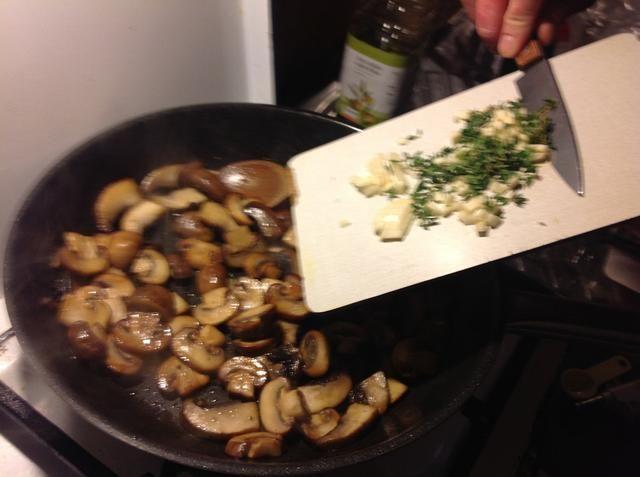 Añadir el tomillo y el ajo a las setas